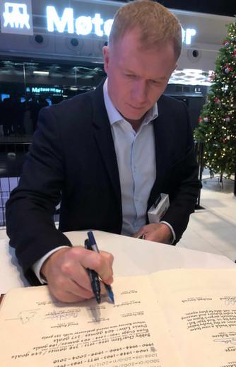 Paul Scholes har signert!