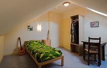 Chambre simple Reggae de 14 m² Réservation individuelle possible  sur www.castelsaintroch.com chambres et tarifs