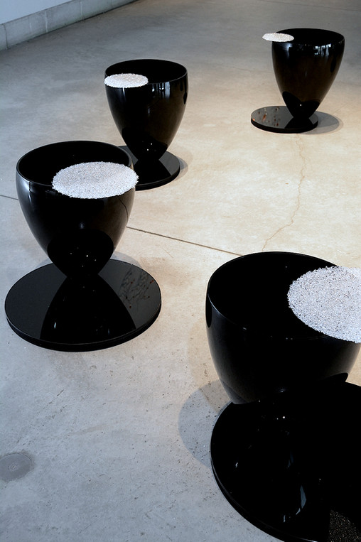 CLAY AND GLASS GALLERY 2018 'Syncopation'  Floor installation - 8 blown glass and fused glass elements Installation - 8 formes de verre soufflé et thermoformé
