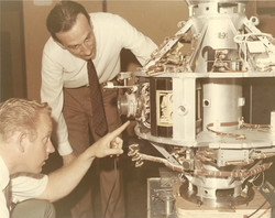 CRA Roma, Prof. G. Ravelli e Mr Peltz (NASA) con futuro satellite SM-3, 14 maggio 1969