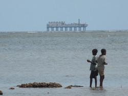 Bambini di Ngomeni a pesca e piattaforma S. Marco.JPG