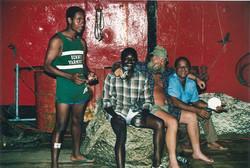 Tecnico NASA e marinai locali, Lamu, 1988
