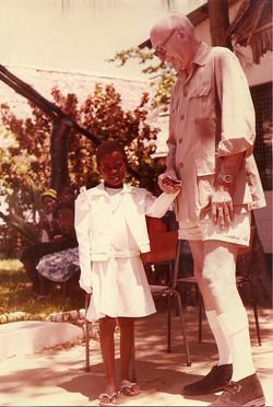 Prof. Broglio con bambina kenyota al Campo Base