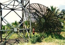 Smantellamento traliccio antenna troposcatter sito a Kwale, dicembre 1996 - 1.jpg