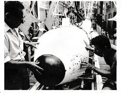 Giovanni Tarabra controlla heat-shield.jpg