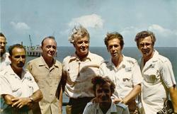 Foto di gruppo su piattaforma Santa Rita, Von Braun al centro