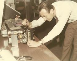 CRA Roma, Prof. G. Ravelli con componente del futuro satellite SM-3, 14 maggio 1969