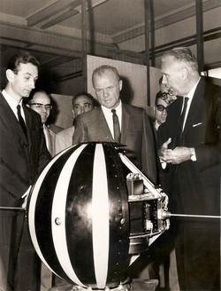 Da dx, Prof. Broglio, astronauta americano John Glenn, Prof. Ravelli