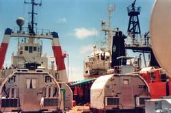 Nave ausiliaria antiscarrocciamento accostata alla principale, 3 igloo CD TLC TM, Lamu 1988.jpg