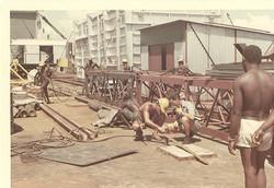 Augusto Petrocchi (col casco) e Pietro Brigati, lavori su ponte piattaforma S. Marco 1967