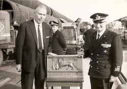 Consegna al Prof. Broglio del Leone Alato Incr. S.Marco affondato 1943, La Spezia 1966