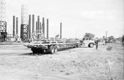 Transporter del veicolo Scout in manovra con quinta ruota, porto Mombasa, 1966.jpg