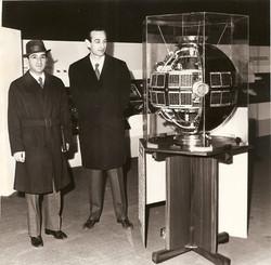 Proff. Michele Dicran Sirinian e Giorgio Ravelli con  modello SM-3