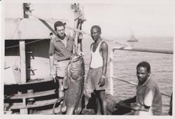 Pietro Brigati con lavoratori locali e grande cernia