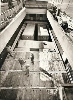 Materiale per il poligono italiano imbarcato a Milazzo, 1964.jpg