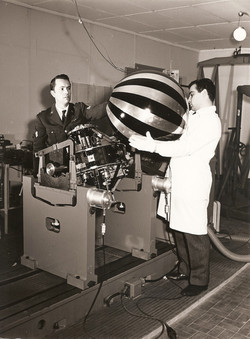 Denina e Micangeli (in camice), bilanciatrice satellite primi anni 1960