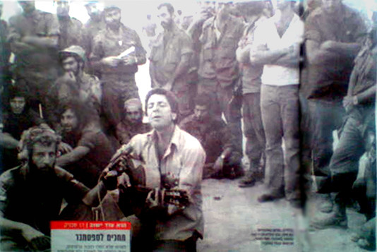 Leonard Cohen sings to a group of IDF soldiers in 1973, Matti Caspi is the one with the guitar.