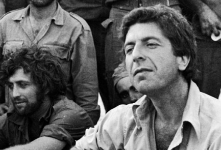 Leonard Cohen sings to a group of IDF soldiers in 1973 .