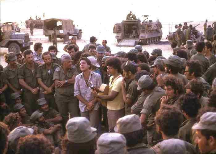 Leonard Cohen sings to a group of IDF soldiers in 1973.