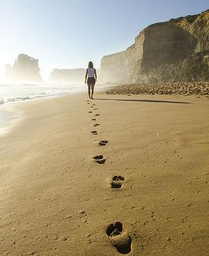 woman-walking-in-beach-509127-resize.jpg