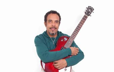 Beto Dourah traz música e lirismo à Praça das Artes neste sábado
