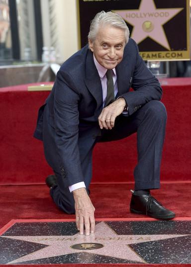 Michael Douglas repete o pai Kirk e ganha estrela na Calçada da Fama