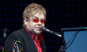 """Elton John diz que a maioria das músicas atuais """"é feita por computadores"""""""