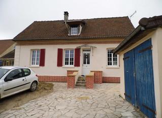 Ravalement d'une maison à Saint-Crépin-Ibouvillers, Oise, en enduit monocouche et briquette.