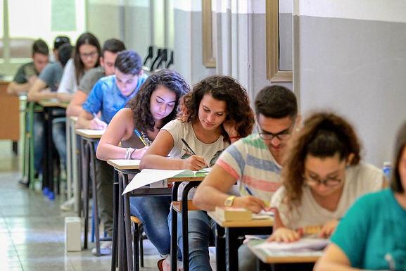"""Azzolina punta sul maxiorale: """"Lo chiedono gli studenti"""". I presidi: """"Si può fare uno scritto"""""""