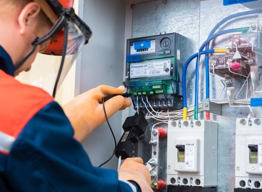 Установка приборов учета электроэнергии закреплена за энергосбытовыми компаниями.