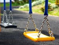 УК отвечает за детские площадки, даже если они не входят в состав ОИ, а земля под домом не оформлена