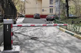Дворы в российских городах оборудуют «умными» шлагбаумами