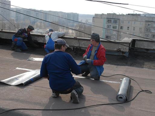 Чинить крышу в новостройке обязана УК, даже если застройщик допустил дефекты при строительстве