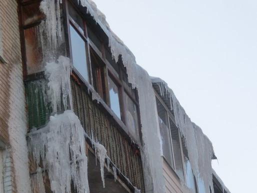 Эксперт разъяснила, кто должен очищать балкон от сосулек и снега