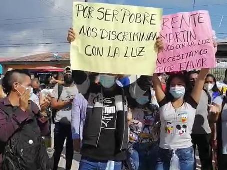 PROTESTAN EN EMPRESA ELÉCTRICA POR MEDIDORES PARA SUS VIVIENDAS