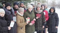 Schüler mit Weihnachtskarten.JPG