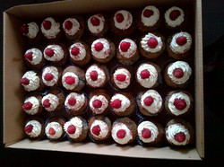 Cupcakes_Fruits_Rouges_coeur_coulie_Mûres_Crème_au_sirop_de_mûre_accompagnée_d'une_Frambroise