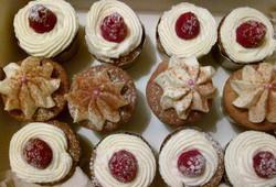 Cupcakes_Framboise_chocolat_blanc_noix_de_Coco_&_Banane_cannelle_nappage_à_la_Chantilly