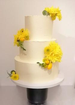 Layer cake blanc fleurs jaunes