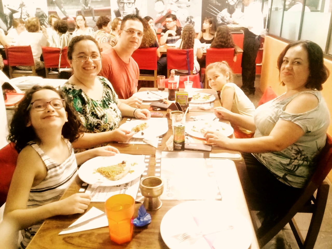 Família Reunida para comer uma pizza