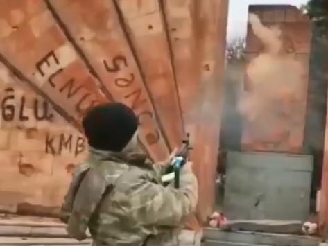Genocidio cultural: Un soldado azerbaiyano disparó contra un jachkar en Artsaj