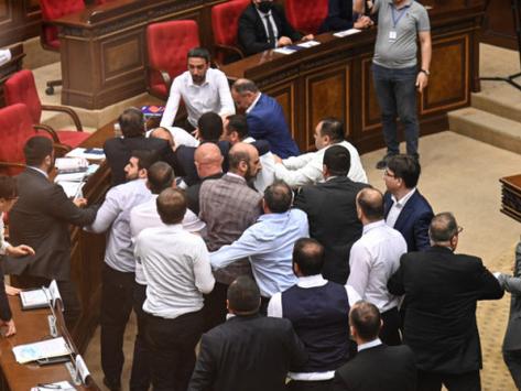 Amenazas, insultos, botellazos y peleas en la Asamblea Nacional de Armenia