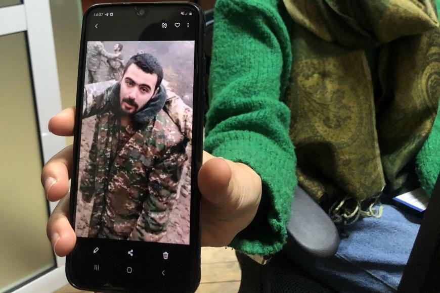 Liana Harutyunyan muestra una imagen de su sobrino Eric Khachaturyan, prisionero de guerra en Azerbaiyán, tomada de un video en el que él y otros prisioneros de guerra son abusados.