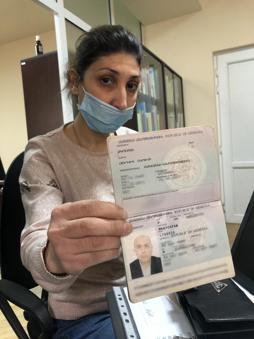 Hranush Shahbazyan, esposa de Ludvig Mkrtchyan, muestra el pasaporte de su esposo a Human Rights Watch.