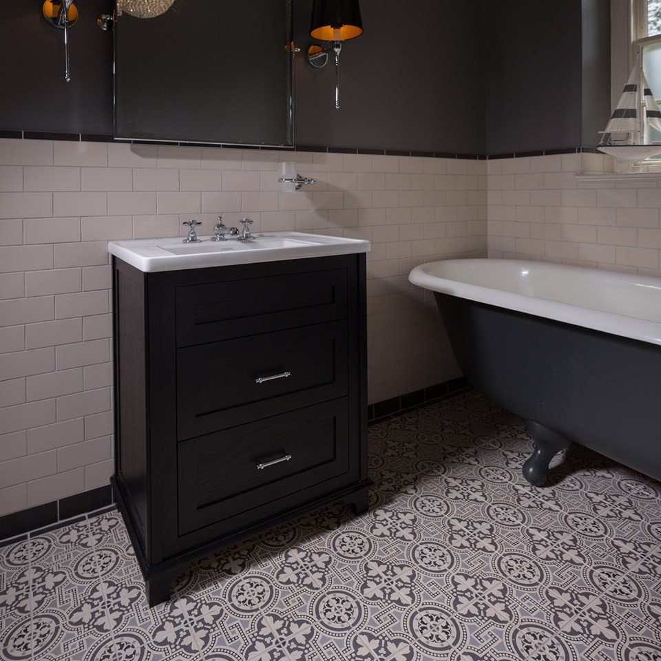 Bathroom with victorian Tiles and a black freestanding bathtub