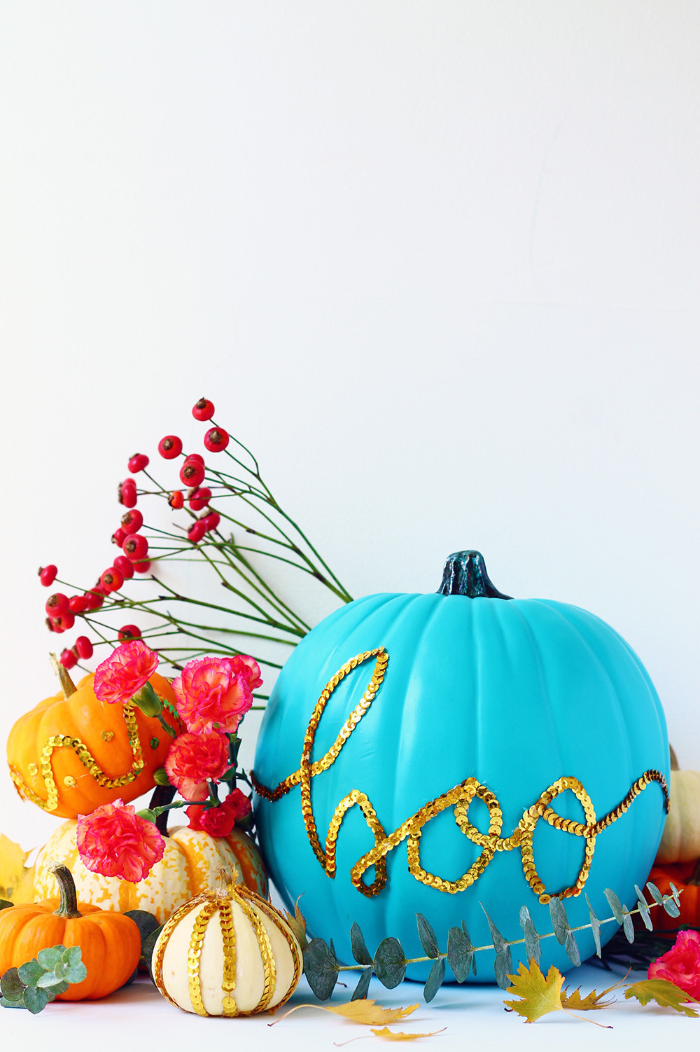 10+1 ELEGANT decor ideas with pumpkins. Decorate your pumpkin with teal colour and gold sequins for halloween