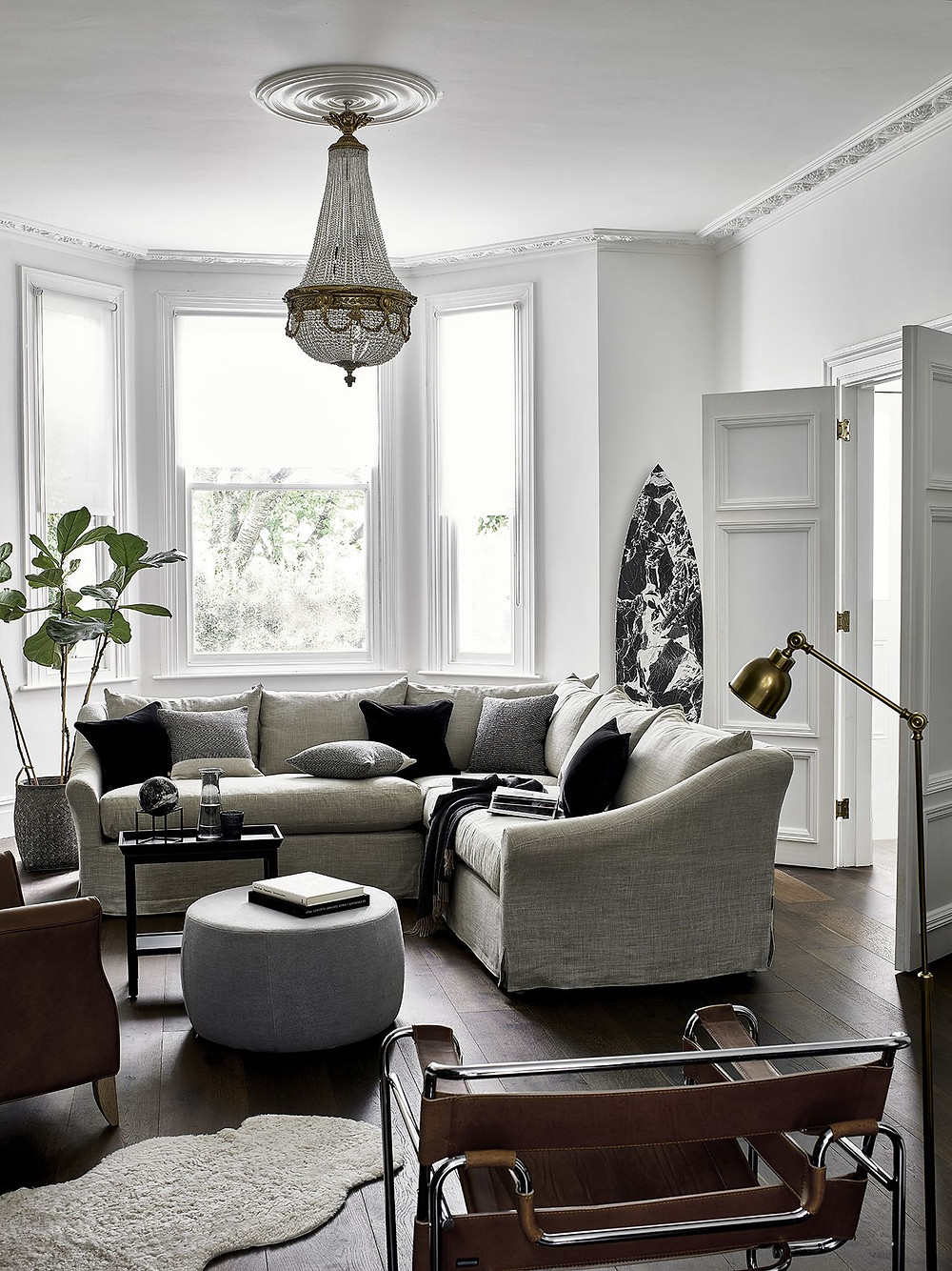 Expert Interior design tips to help you decorate your home using neutral colours. Lots of tips and tricks to make your living room, bedroom or kitchen more appealing in a sophisticated and timeless color palette. How to layer fabrics like a pro. Styling inspiration and monochrome interiors.