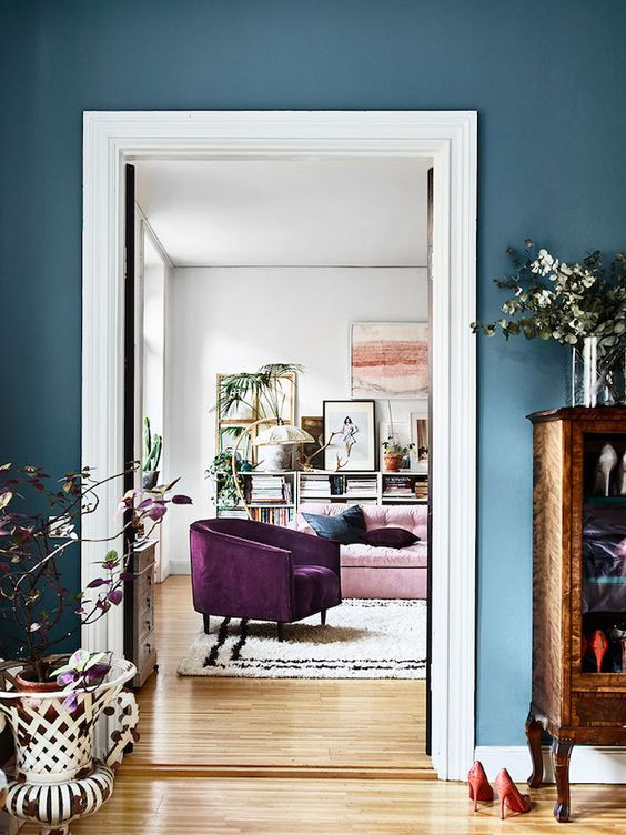 designer house in blue with pink sofa