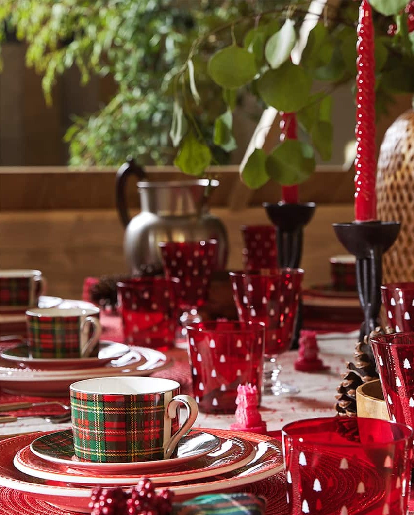 christmas table decor with red plates