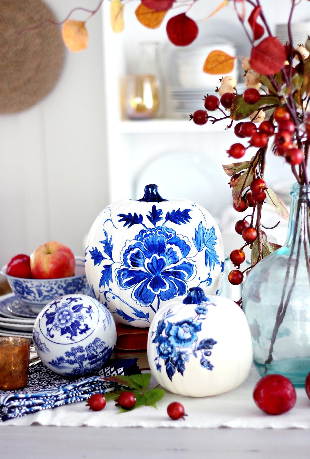 10+1 ELEGANT decor ideas with pumpkins Blue porcelain effect diy painted pumpkin on tabletop